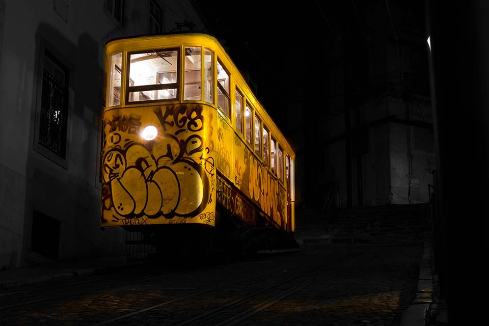 Lisboa's painted cable car